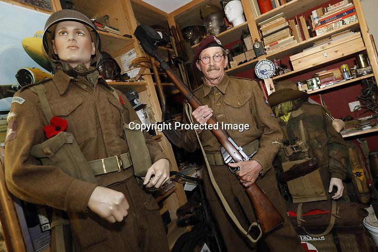 Foto: VidiPhoto<br /> <br /> DE BILT - De 69-jarige Adriaan van Hemert uit De Bilt draagt als reënactor het uniform van King's Own Scottish Borderers, een Brits regiment dat meevocht tijdens de slag om Arnhem. Als privé-verzamelaar bezit hij een klein museum met bijzondere historische spullen die te maken hebben met de verloren slag. Foto: Met een Lee-Enfield.
