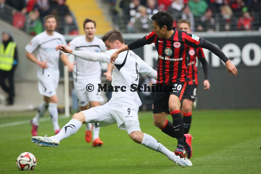 Stefan Kutschke (Paderborn) gegen Makoto Hasebe (Eintracht) - Eintracht Frankfurt vs. SC Paderborn 07, Commerzbank Arena