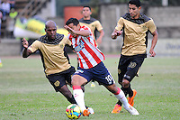 ITAGÜI - COLOMBIA -27-04-2014: Mario Tressor Moreno (Izq.) jugador de Itagüi disputa el balón con Michael Ortega (Der.) jugador de Atletico Junior durante partido de ida Itagüi y Atletico Junior por los cuartos de final de la Liga Postobon I 2014 en el estadio Ditaires de la ciudad de Itagüi. / Mario Tressor Moreno (L) player of Itagüi fights for the ball with Michael Ortega (R) player of Atletico Junior during a match for the first round Itagüi and Atletico Junior for the quarter of finals of the Liga Postobon I 2014 at the Ditaires stadium in Itagüi city. Photo: VizzorImage / Luis Rios / Str.