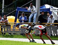 BOGOTA - COLOMBIA - 28-01-2017: Andres Felipe Bello (Der.), patinador del Club Bogota Elite DC de Bogota, es animado por su padre, durante la prueba de los 10000 metros Juvenil Varones, en la IV Valida Nacional Interclubes de Carreras 2017 en el Patinodromo El Salitre de la ciudad de Bogota. / Andres Felipe Bello (R), skater of the Club Bogota Elite DC of Bogota, is animated by his father, during the 10000 meters Elimination and points test Junior Men as part of the IV Interclubs National Valid of Speed Race 2017 at El Salitre Patinodromo in Bogota city Photo: VizzorImage / Luis Ramirez / Staff.
