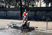 Roma 12 Giugno 2009.La battaglia dei gavettoni per la fine dell'anno scolastico  ai giardini di piazza della Repubblica.<br /> Students celebrate the end of the scholastic year.
