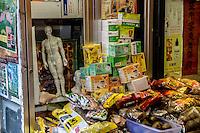 San Francisco Chinatown Negozio con manichino indicante i punti della medicina cinese