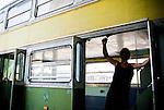 progetto Prossima Fermata<br /> <br /> <br /> <br /> nasce dal desiderio di un uomo di rivedere per la citt&agrave; l'autobus bipiano che negli anni 70 circolava tra le vie di Bari..un desiderio dettato dalla nostalgia e dai ricordi..suo padre a quei tempi era proprio l'autista della vettura 2015..<br /> questa &egrave; la matrice di prossima fermata, ma &egrave; solo la spinta iniziale,l'idea infatti era quella di creare un contenitore itinerante di arte,cultura e aggregazione sociale,con particolare attenzione nei confronti della divulgazione della filosofia del riuso e riciclo dei materiali.<br /> <br /> Quest'uomo &egrave; riuscito a stimolare a sua volta un folto gruppo di persone che con pazienza e dedizione hanno lavorato sodo per recuperare la vettura dal macero. <br /> <br /> Oggi,venerdi' 26 novembre 2010,il 2015 rinasce,prima tappa la piazza principale della citt&agrave; con un calendario di attivit&agrave; che spaziano dalla musica al teatro,dalla poesia alla giocoleria,prevedendo inoltre numerosi workshop di diverso genere  completamente gratuiti. <br /> <br /> In un momento storico in cui &egrave; scarsa l'attenzione nei confronti della cultura e dell'arte e poco in essa si investe, c'&egrave; chi porta il proprio messaggio per le strade sfruttando  luoghi non consueti per educare e divertire.<br /> Qui alcuni scatti della fase di recupero del 2015.