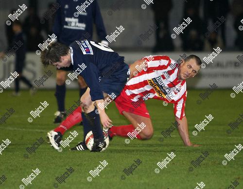 2008-11-15 / Voetbal / Hoogstraten VV - KSK Tongeren / .Motmans (L) in duel met Tim de Keyser (r, Hoogstraten)..Foto: Maarten Straetemans (SMB)