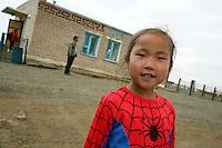 Mongolia  deserto del Gobi, bimba con maglietta da Uomo Ragno,  Gobi desert, baby having a shirt with Spider-Man,Le désert de Gobi en Mongolie, enfant avec chemise avec Spider-Man