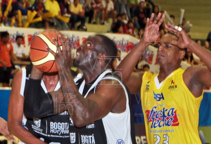 BUCARAMANGA -COLOMBIA, 25-03-2013. Jeff Jahnbulleh de Piratas disputa trata de anotar ante la marca de John Vélez de Búcaros durante partido de la décimanovena fecha de la Liga DirecTV de baloncesto profesional colombiano disputado en la ciudad de Bucaramanga./  Jeff Jahnbulleh tries to score over the block of John Velez of Bucaros during game of the nineteenth date of the DirecTV League of professional Basketball of Colombia at Bucaramanga city. Photo:VizzorImage / Jaime Moreno / STR