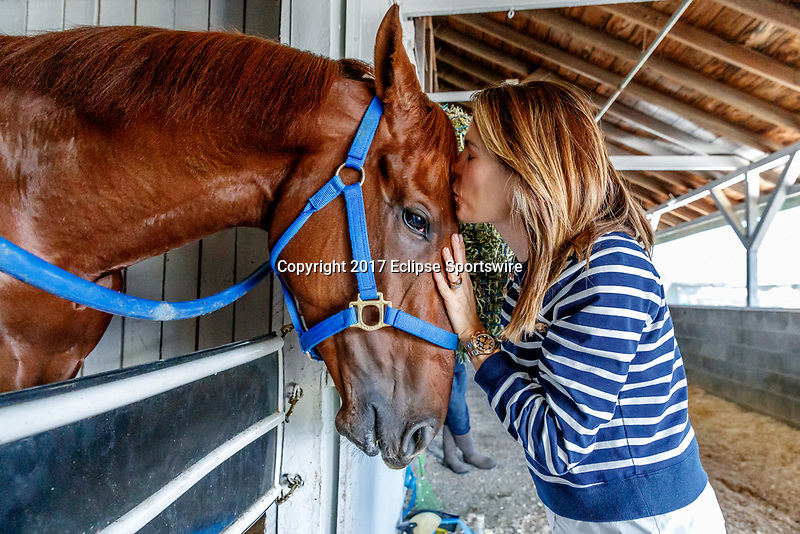 LOUISVILLE, KENTUCKY - MAY 02: Veronica Del Valle, daughter of majority owner Salomón Del Valle, kisses Gunnevera at Churchill Downs on May 2, 2017 in Louisville, Kentucky. (Photo by Jesse Caris/Eclipse Sportswire/Getty Images)