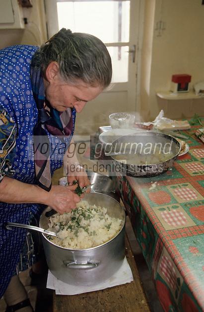 """Europe/France/Auvergne/12/Aveyron/Livinhac-le-Haut: Restaurant """"Druilhe"""" - Préparation du stockfish (ou estofinade ou estofinado) - Madame Druilhe mère mélange pomme de terre, ail et persil [Non destiné à un usage publicitaire - Not intended for an advertising use] [<br /> PHOTO D'ARCHIVES // ARCHIVAL IMAGES<br /> FRANCE 2000"""