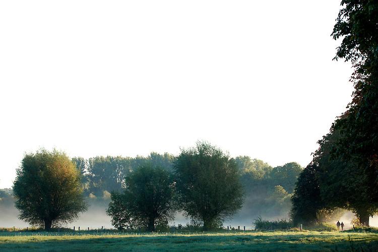 Europa, DEU, Deutschland, Nordrhein Westfalen, NRW, Rheinland, Niederrhein, Krefeld, Naturschutzgebiet Hülser Bruch, Morgenstimmung, Kopfweiden, Nebel, Spaziergänger. Kategorien und Themen, Natur, Umwelt, Landschaft, Jahreszeiten, Stimmungen, Landschaftsfotografie, Landschaften, Landschaftsphoto, Landschaftsphotographie, Naturschutz, Naturschutzgebiete, Landschaftsschutz, Biotop, Biotope, Landschaftsschutzgebiete, Landschaftsschutzgebiet, Ökologie, Ökologisch, Typisch, Landschaftstypisch, Landschaftspflege<br /> <br /> [Fuer die Nutzung gelten die jeweils gueltigen Allgemeinen Liefer-und Geschaeftsbedingungen. Nutzung nur gegen Verwendungsmeldung und Nachweis. Download der AGB unter http://www.image-box.com oder werden auf Anfrage zugesendet. Freigabe ist vorher erforderlich. Jede Nutzung des Fotos ist honorarpflichtig gemaess derzeit gueltiger MFM Liste - Kontakt, Uwe Schmid-Fotografie, Duisburg, Tel. (+49).2065.677997, archiv@image-box.com, www.image-box.com]