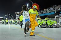 SAO PAULO, SP, 24 DE FEVEREIRO 2012 - DESFILE DAS CAMPEÃS DO CARNAVAL SP - NENÊ DE VILA MATILDE: Garis fazem faxina antes do desfile da escola de samba Nenê de Vila Matilde no desfile das Campeãs do Carnaval 2012 de São Paulo, no Sambódromo do Anhembi, na zona norte da cidade, neste sábado.(FOTO: LEVI BIANCO - BRAZIL PHOTO PRESS).