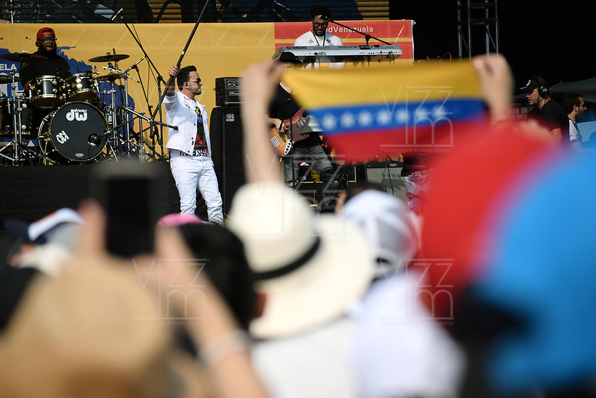 "CUCUTA - COLOMBIA, 22-02-2019: Luis Fonsi cantante puertoriqueño durante el concierto ""Venezuela Aid Live"" que se realiza hoy, 22 de febrero de 2019, en el puente internacional Las Tienditas en la frontera de Cucuta, Colombia con Venezuela, con el objetivo de pedir al gobierno de Nicolás Maduro permitir la entrada de ayuda humanitaria a su país. En el concierto participarán 35 artistas regionales e internacionales en una escenario giratorio. / Luis Fonsi puertorican singer performs during the concert ""Venezuela Aid Live"" on the International bridge las Tienditas on the border of Cucuta, Colombia with Venezuela with the objetive of asking to the Maduro's regimen allow the humanitarian aid to income to the Venezuelan territories. In the concert, 35 regional and international artists participate in a revolving stage. Photo: VizzorImage / Manuel Hernandez / Cont"