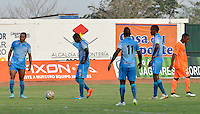 MONTERIA - COLOMBIA - 15-03-2015: Jugadores se toman un descanso debido al intenso calor durante partido entre Jaguares FC y Envigado FC por la fecha 10 de la Liga Aguila I 2015, jugado en el estadio Municipal de Monteria. / Players take a rest due to intense heat during a match between Jaguares FC and Envigado FC for the  date 10 of the Liga Aguila I-2015 at the Municipal de Monteria Stadium in Monteria city, Photo: VizzorImage / Jose Perdomo / Cont.