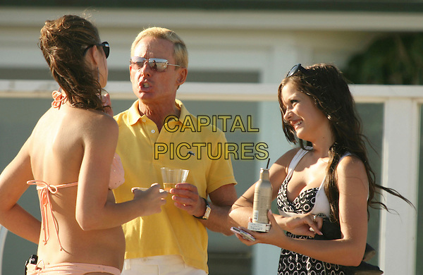 ELLIOT MINTZ.at Malibu Beach, Malibu, California, .USA,18 August 2007..half length sunglasses yellow top girls friends.CAP/ADM/RE.©Russ Elliot/AdMedia/Capital Pictures.