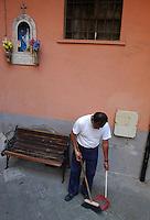 Il 19 luglio 1943, il popoloso quartiere fu bombardato dagli Americani e vi morirono oltre 3000 persone. Nei palazzi che si salvarono dalle bombe, i sopravvissuti posizionarono delle piccole statue della Madonna, come ringraziamento. .On 19 July 1943, the the populous district was bombed by the Americans. There were over 3,000 deaths. Survivors position of small statues of the Madonna, in buildings that were saved by the bombs, as a thanksgiving....