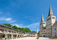 Deutschland, Bayern, Oberbayern, Berchtesgadener Land, Berchtesgaden: Schlossplatz mit koeniglichem Schloss und Stiftskirche | Germany, Upper Bavaria, Berchtesgadener Land, Berchtesgaden; Castle Square with castle and collegiate church
