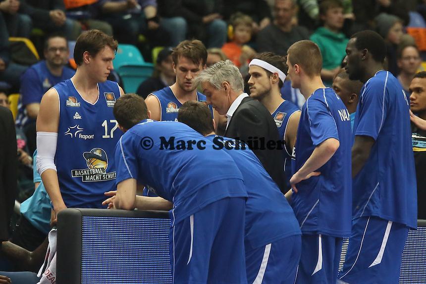 Trainer Gordon Herbert (Skyliner) gibt die Taktik vor - Fraport Skyliners vs. Mitteldeutscher BC, Fraport Arena Frankfurt