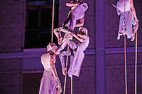"""Il gruppo di acrobati Sonics a Lecce per presentare """"Meraviglia"""", il nuovo spettacolo che porteranno in giro per il mondo - Lecce - Piazza Sant'Oronzo - 6 gennaio 2011"""