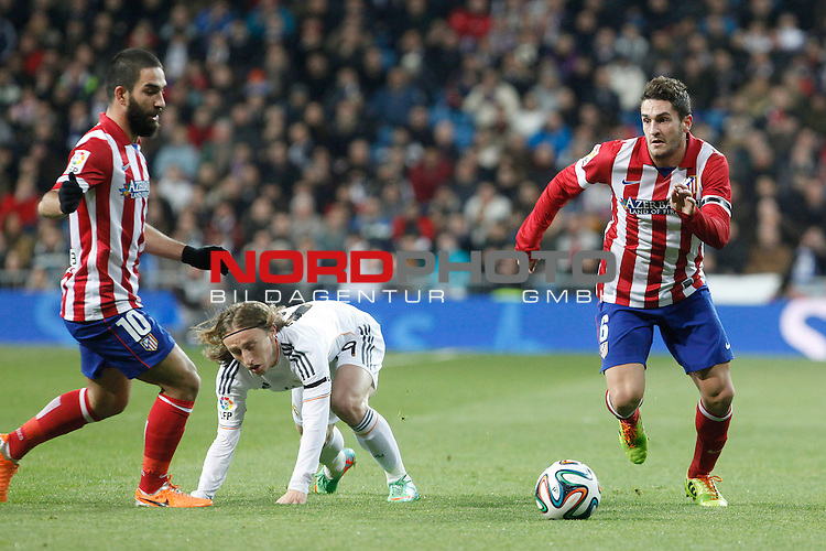 Real Madrid¬¥s Modric (C) and Atletico de Madrid¬¥s Koke (R) and Arda Turan (L) during King¬¥s Cup (Copa del Rey) semifinal match in Santiago Bernabeu stadium in Madrid, Spain. February 05, 2014. Foto © nph / Victor Blanco)