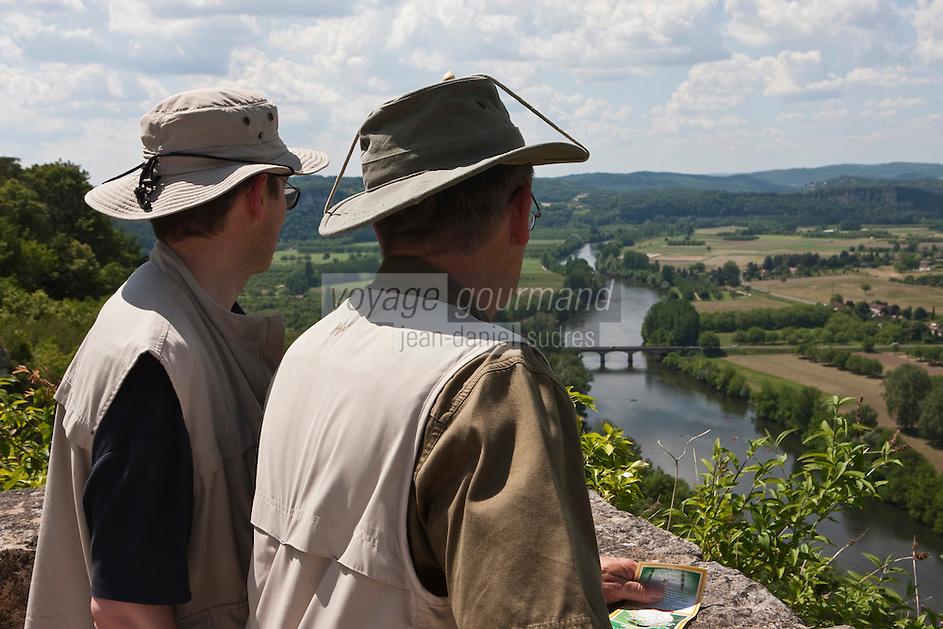 Europe/France/Aquitaine/24/Dordogne/ Domme: Touristes observant depuis le belvédère le panorama sur la vallée de la Dordogne