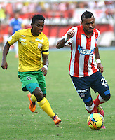 BARRANQUIILLA -COLOMBIA-9-JULIO-2014. Alvaro Dominguez   (Der) del Junior disputa el balon con Julian Mendoza del Real Cartagena  por la Copa Postobon II en el estadio Metropolitano./ Alvaro Dominguez  (R) of Junior dispute the ball with Julian Mendoza of Real Cartagena during  Cup II in Metropolitan Stadium Photo:VizzoImage / Alfonso Cervantes / Stringer
