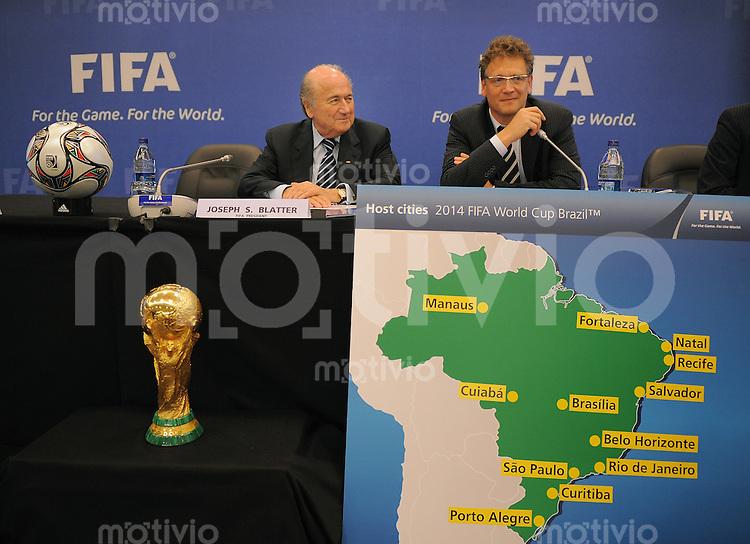 Fussball International  59. FIFA Kongress 2009 Pressekonferenz Exekutivkomittee Sitzung  FIFA Praesident Joseph S. Blatter (li, SUI) und  FIFA Generalsekretaer Jerome Valcke (re, FRA) praesentieren die 12 Austragungsorte der WM 2014 in Brasilien