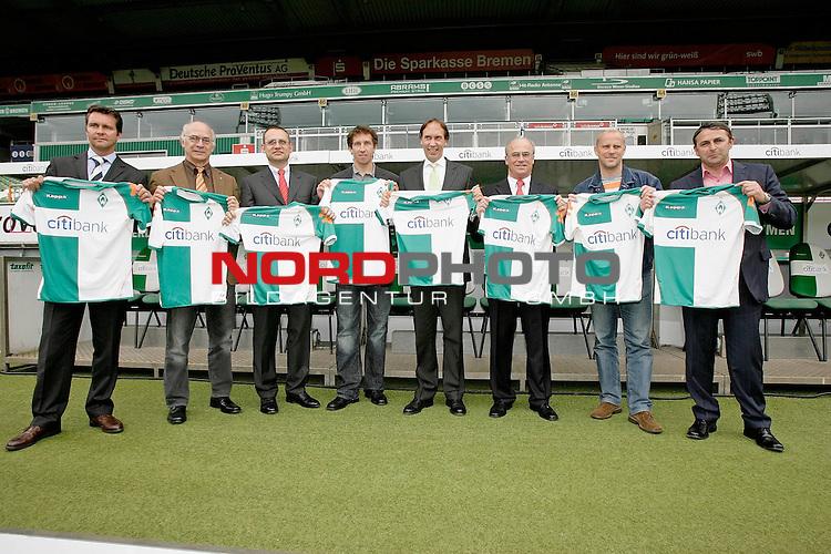 FBL 2007/2008  - Werder Bremen<br /> <br /> Als neuen Hauptsponsor stellte Werder Bremen am Mittag ( 18.05.2007 )  die ,, Citybank &quot; vor. <br /> <br /> Foto zeigt die Werder Verantwortlichen Klaus Allfos, Manfred M&uuml;ller ( Mueller ) Frank Baumann zusammen mit Thomas Schulte ( Citybank ) als neuen Hauptsponsor und Peter Karst ( Sportfive ) sowie Trainer Thoams Schaaf und weiteren Verantwortlichen des Vereins<br /> <br /> <br /> Foto &copy; nph / ( nordphoto ) <br /> <br /> <br /> <br />  *** Local Caption ***