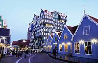 Nederland Zaandam - 2019. Het vernieuwde centrum van Zaandam. Inntel Hotels. Het hotel met de gestapelde gevels is ontworpen door WAM architecten. Foto Berlinda van Dam / Hollandse Hoogte