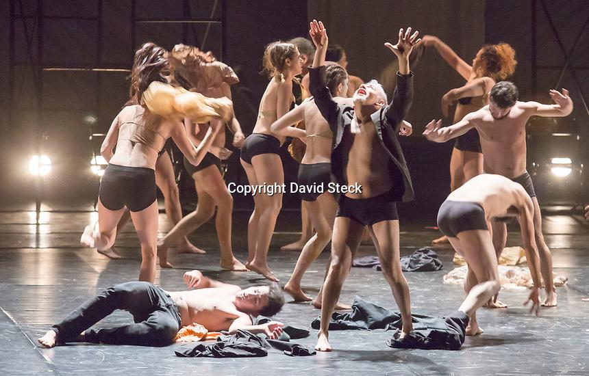 Guadalajara, Jalisco, 24 de Octubre de 2017.- Aspectos de la funci&oacute;n de estreno &quot;La Ca&iacute;da&quot; llevada a escena por la Compa&ntilde;&iacute;a de Danza Experimental de Lola Lince en el Teatro Degollado en el marco del vig&eacute;simo Festival Internacional de Danza &ldquo;On&eacute;simo Gonz&aacute;lez&rdquo;.<br /> <br /> En esta obra, protagonizada por un gran elenco de bailarines en palabras de su core&oacute;grafa (Lola Lince) &quot;.. la ca&iacute;da ..nos remite en todas las culturas de la tierra..a esta p&eacute;rdida  del para&iacute;so o de una edad dorada..&quot;(donde) &quot;.. todo se enfatiza de alguna manera de que por alg&uacute;n accidente, una falta esa unidad primordial se rompe y genera lo que son los ciclos y por supuesto invita a la muerte a que este presente en estos ciclos. ..&quot;.<br /> <br /> Foto: David Steck