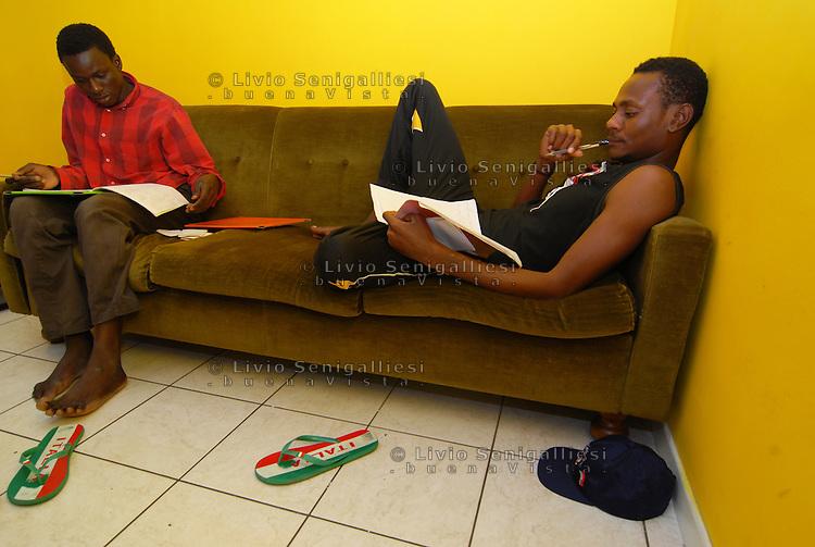 Parma/Italia - Rifugiati inseriti nel progetto casa dell'Onlus CIAC, impegnati nello studio della lingua italiana.<br /> Foto Livio Senigalliesi