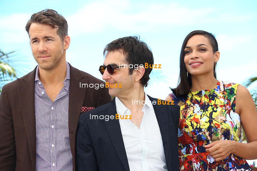 "CPE/ Canadian actor Ryan Reynolds, Armenian-born Canadian director Atom Egoyan and Rosario Dawson pose during a photocall for the film ""Captives"" at the 67th edition of the Cannes Film Festival in Cannes, southern France, on May 16, 2014"