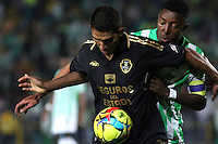 BOGOTA -COLOMBIA-1 -NOVIEMBRE-2014.  Norbey Salazar ( Izq) de Fortaleza F.C. disputa el balón con Oscar Murillo ( Der ) de Atlrtico Nacional   durante partido de la  17  fecha  de La Liga Postobón 2014-2. Estadio Nemwsio Camacho El Campin . /  Norbey Salazar (L ) of Fortaleza F.C.  fights for the ball with Oscar Murillo of Atletico Nacional   during match of the 17th date of Postobon  League 2014-2. Nemesio Camacho El Campin  Stadium. Photo: VizzorImage / Felipe Caicedo / Staff