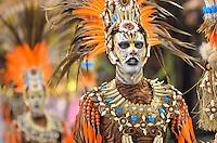 SAO PAULO, SP, 10 FEVEREIRO 2013 - CARNAVAL SP - IMPERIO DA CASA VERDE - Integrantes da escola de samba Imperio da Casa Verde durante desfile no segundo dia do Grupo Especial no Sambódromo do Anhembi na região norte da capital paulista, na madrugada deste domingo, 10. FOTO: LEVI BIANCO - BRAZIL PHOTO PRESS