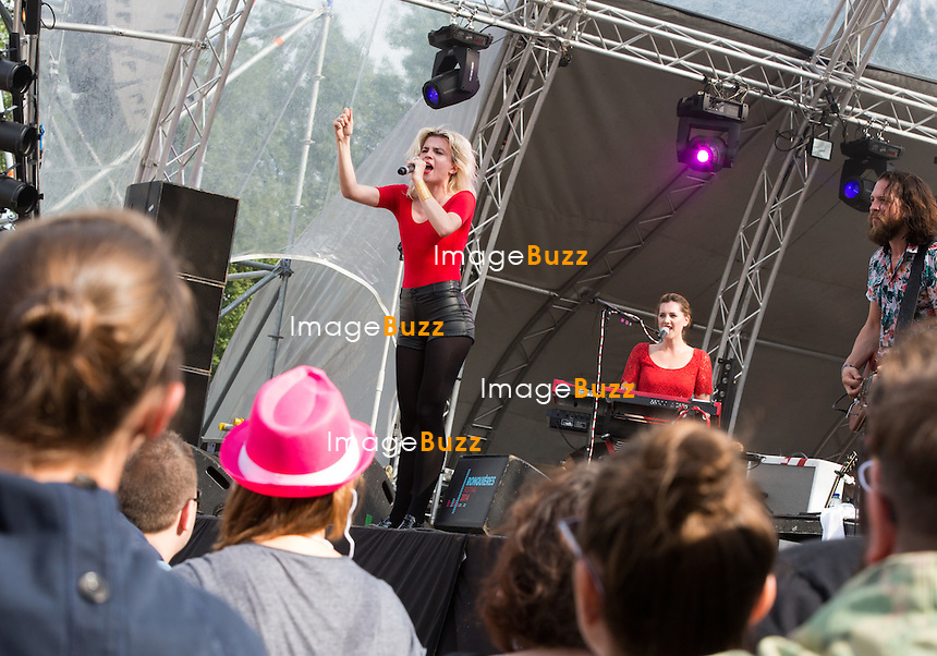 C&eacute;cile Cassel ( la soeur de Vincent Cassel ), du groupe &quot; HollysSz &quot;,  lors de la troisi&egrave;me &eacute;dition du Ronqui&egrave;res Festival, un festival de musique qui accueille 30.000 personnes.<br /> Belgique, Ronqui&egrave;res, 2 ao&ucirc;t 2014.