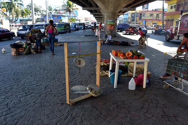 La arrabalizaci&oacute;n de la parte baja del elevado de la avenida M&aacute;ximo G&oacute;mez con Ovando es dantesca, horrible y denigrante y deja mucho que decir de las autoridades del Ayuntamiento del Distrito Nacional, quien tienen la responsabilidad de velar por la defensor&iacute;a del espacio p&uacute;blico.<br /> Santo Domingo, Rep&uacute;blica Dominicana<br /> Foto : Orlando Ramos/Acento.com.do<br /> Fecha: 10/02/2014