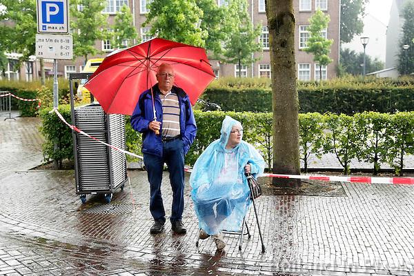 Nederland  Cuijk  2016. De Vierdaagse van Nijmegen. Cuijk. Toeschouwers wachten in de stromende regen op de deelnemers. Foto Berlinda van Dam / Hollandse Hoogte