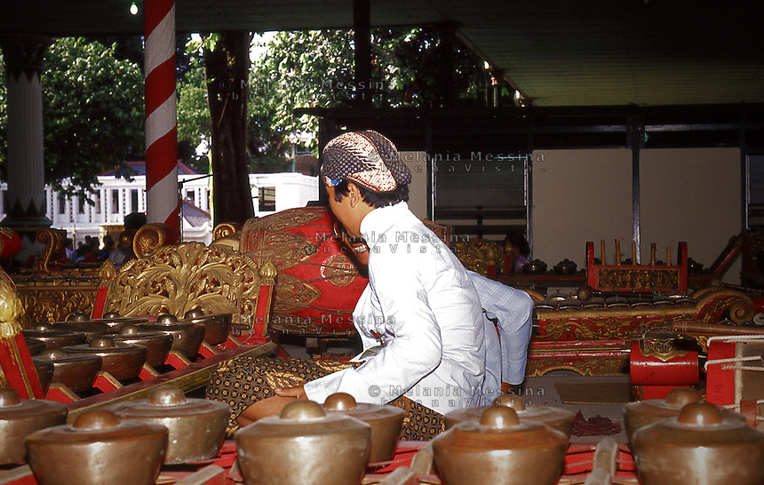 gamelan orchestra musician in the sultan's palace in Yogyakarta.<br /> musicista dell'orchestra dei gamelan nel palazzo del sultano a Yogyakarta