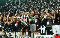 BELO HORIZONTE, MG, 24 JUNHO 2013 - LIBERTADORES - ATLÉTICO MG X OLIMPIA (PAR) - Jogadores do Atlético-MG comemoram a conquista da Copa Libertadores 2013 após vitória na disputa por pênaltis contra o Olimpia, no Estádio do Mineirão, em Belo Horizonte (MG), nesta quarta-feira (24). A equipe conquistou o título da competição ao anular a vitória do Olimpia por 2 a 0, no jogo de ida, pelo mesmo placar no tempo normal, um 0 a 0 na prorrogação e 4 a 3 nos pênaltis. (FOTO: SERGIO FALCI / BRAZIL PHOTO PRESS).