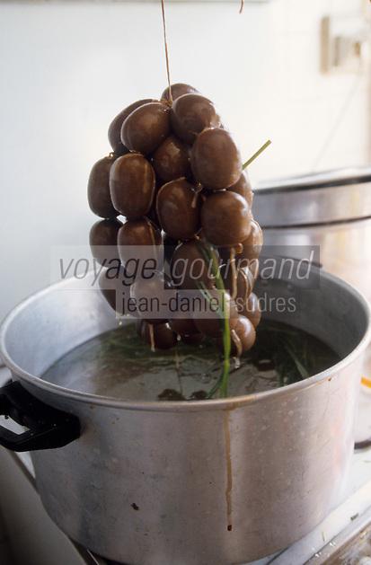 Europe/France/DOM/Antilles/Petites Antilles/Guadeloupe/Pointe-à-Pitre : Chez Monique Vulgaire de l'association des cuisinières - Cuisson du boudin antillais