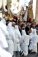 I Battenti si inginocchiano davanti alla statua della Vergine Assuntadurante la processione conclusiva dei Riti Settennali a Guardia Sanframondi, 22 agosto 2010..Hooden penitents (Battenti) kneel as they take part in the procession closing the septennial rites in honour of the Virgin Assunta, in the village of Guardia Sanframondi, southern Italy, 22 august 2010..UPDATE IMAGES PRESS/Riccardo De Luca