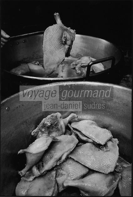 Europe/France/Midi-Pyrénées/12/Aveyron/Monteils: Jacky Carles cuit les confits au feu de bois dans un chaudron de cuivre