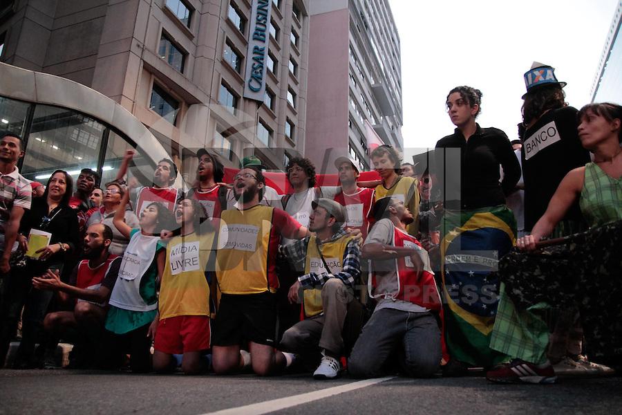 SÃO PAULO, SP - 14.06.2013: MANIFESTAÇÃO CONTRA A COPA - Centena de manifestantes ocupam a frente do Banco do Brasil na Av Paulista em São Paulo na tarde dessa 6 feira (14), a manifestação é contra a construção de estádios e o evento da Copa do Mundo e das Confederações.  (Foto: Marcelo Brammer/Brazil Photo Press)