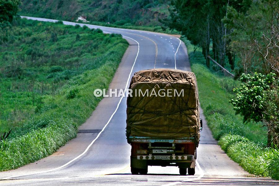Transporte de carga na rodovia Fernão Dias, Minas Gerais. 1997. Foto de Juca Martins.