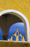 Convent bell tower viewed through an arch, Convento De San Antonio De Padua, Izamal, Yucatan, Mexico foto, reise, photograph, image, images, photo,<br />