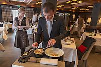 Europe/France/Rhone-Alpes/73/Savoie/Courchevel: Service au Restaurant: Le White, au Cheval Blanc, le Jardin Alpin,  [Non destiné à un usage publicitaire - Not intended for an advertising use]
