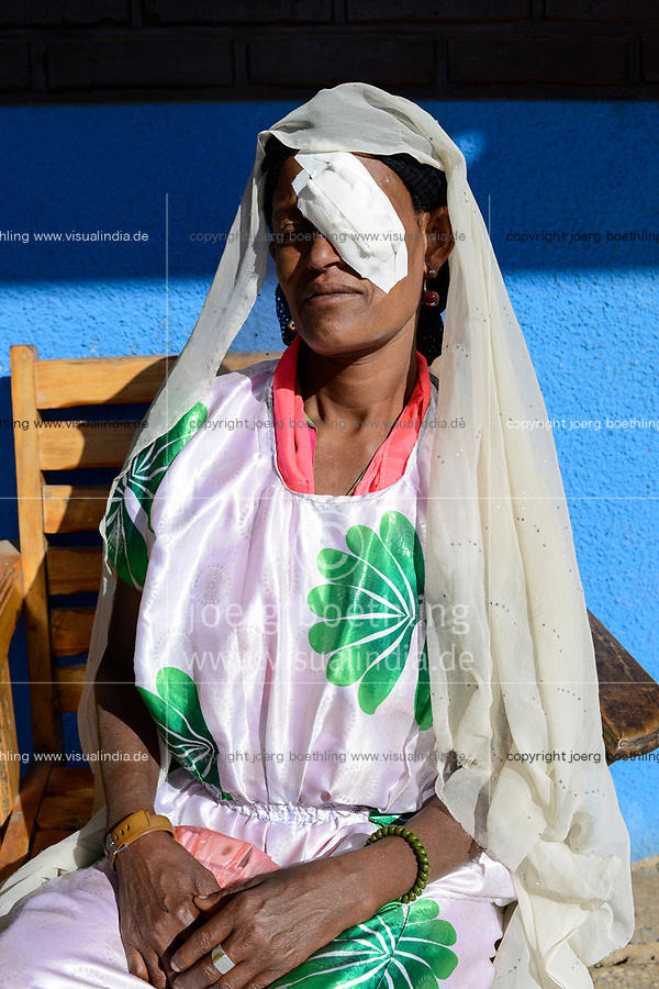 ETHIOPIA Taza Catholic Health Center , eye clinic, patient after eye operation / AETHIOPIEN Taza Catholic Health Center, Augenklinik, Patientin Momena Yanuse