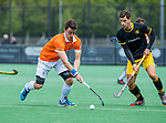 BLOEMENDAAL - Tim Swaen (Bldaal) met Joaquin Menini Suero (Den Bosch)    tijdens de hoofdklasse competitiewedstrijd hockey heren,  Bloemendaal-Den Bosch (2-1) COPYRIGHT KOEN SUYK