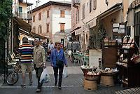 Italy, Veneto, Lake Garda, Torri del Benaco: small harbour at East Bank of Lake Garda, old town lane | Italien, Venetien, Gardasee, Torri del Benaco: kleiner Hafen am Ostufer des Gardasees, Altstadtgasse