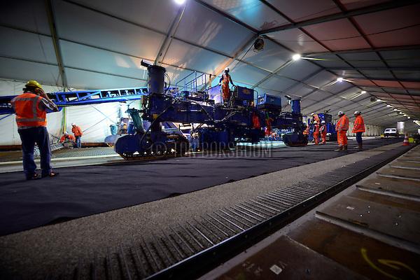 UTRECHT - In Utrecht is Rijkswaterstaat begonnen met het aanbrengen van hogesterktebeton op de Galecopperbrug (A12) over Amsterdam-Rijnkanaal. In een gecontroleerde omgeving, een grote tent over de brug, wordt het gewapende ton aangelegd op de ruim 300 meter lange brug. Tot eind 2015 renoveren Rijkswaterstaat en Combinatie Galecom de Galecopperbrug bij Utrecht (A12 over Amsterdam-Rijnkanaal). De brug wordt ondermeer versterkt met bijna zes miljoen kilo staal en tevens verhoogd -gevijzeld - om hoger containervaart onder de brug mogelijk te maken. COPYRIGHT TON BORSBOOM