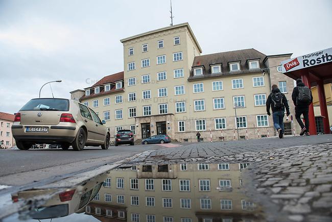 Demonstration am Sonntag den 7. Januar 2018 in Dessau anlaesslich des 13. Todestages des Sierra Leoners Oury Jalloh, der am 7. Januar 2005 unter bislang nicht geklaerten Umstaenden in einer Gewahrsamszelle in der Polizeiwache Wolfgangstrasse, bei lebendigem Leib verbrannte. Der damals wachhabende Dienstgruppenleiter wurde 2012 wegen fahrlaessiger Toetung verurteilt.<br /> Im November 2017 wurde bekannt, dass die Staatsanwaltschaft Dessau-Rosslau davon ausgeht, dass eine Selbstentzuendung durch den gefesselten Oury Jalloh unwahrscheinlich sei und stattdessen den Einsatz von Brandbeschleuniger und die Beteiligung Dritter fuer wahrscheinlich haelt. Der Staatsanwaltschaft wurde jedoch das Verfahren entzogen und an die Staatsanwaltschaft Halle uebergeben die im Oktober 2017 das Verfahren einstellte.<br /> An der Demonstration beteiligten sich ca. 3.500 Menschen.<br /> Im Bild: Die Polziewache Wolfgangstrasse.<br /> 7.1.2018, Dessau<br /> Copyright: Christian-Ditsch.de<br /> [Inhaltsveraendernde Manipulation des Fotos nur nach ausdruecklicher Genehmigung des Fotografen. Vereinbarungen ueber Abtretung von Persoenlichkeitsrechten/Model Release der abgebildeten Person/Personen liegen nicht vor. NO MODEL RELEASE! Nur fuer Redaktionelle Zwecke. Don't publish without copyright Christian-Ditsch.de, Veroeffentlichung nur mit Fotografennennung, sowie gegen Honorar, MwSt. und Beleg. Konto: I N G - D i B a, IBAN DE58500105175400192269, BIC INGDDEFFXXX, Kontakt: post@christian-ditsch.de<br /> Bei der Bearbeitung der Dateiinformationen darf die Urheberkennzeichnung in den EXIF- und  IPTC-Daten nicht entfernt werden, diese sind in digitalen Medien nach &sect;95c UrhG rechtlich geschuetzt. Der Urhebervermerk wird gemaess &sect;13 UrhG verlangt.]