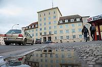 Demonstration am Sonntag den 7. Januar 2018 in Dessau anlaesslich des 13. Todestages des Sierra Leoners Oury Jalloh, der am 7. Januar 2005 unter bislang nicht geklaerten Umstaenden in einer Gewahrsamszelle in der Polizeiwache Wolfgangstrasse, bei lebendigem Leib verbrannte. Der damals wachhabende Dienstgruppenleiter wurde 2012 wegen fahrlaessiger Toetung verurteilt.<br /> Im November 2017 wurde bekannt, dass die Staatsanwaltschaft Dessau-Rosslau davon ausgeht, dass eine Selbstentzuendung durch den gefesselten Oury Jalloh unwahrscheinlich sei und stattdessen den Einsatz von Brandbeschleuniger und die Beteiligung Dritter fuer wahrscheinlich haelt. Der Staatsanwaltschaft wurde jedoch das Verfahren entzogen und an die Staatsanwaltschaft Halle uebergeben die im Oktober 2017 das Verfahren einstellte.<br /> An der Demonstration beteiligten sich ca. 3.500 Menschen.<br /> Im Bild: Die Polziewache Wolfgangstrasse.<br /> 7.1.2018, Dessau<br /> Copyright: Christian-Ditsch.de<br /> [Inhaltsveraendernde Manipulation des Fotos nur nach ausdruecklicher Genehmigung des Fotografen. Vereinbarungen ueber Abtretung von Persoenlichkeitsrechten/Model Release der abgebildeten Person/Personen liegen nicht vor. NO MODEL RELEASE! Nur fuer Redaktionelle Zwecke. Don't publish without copyright Christian-Ditsch.de, Veroeffentlichung nur mit Fotografennennung, sowie gegen Honorar, MwSt. und Beleg. Konto: I N G - D i B a, IBAN DE58500105175400192269, BIC INGDDEFFXXX, Kontakt: post@christian-ditsch.de<br /> Bei der Bearbeitung der Dateiinformationen darf die Urheberkennzeichnung in den EXIF- und  IPTC-Daten nicht entfernt werden, diese sind in digitalen Medien nach §95c UrhG rechtlich geschuetzt. Der Urhebervermerk wird gemaess §13 UrhG verlangt.]
